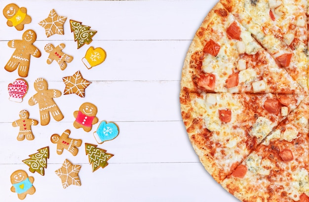 クリスマスピザ。クリスマスと年末年始のピザの在庫と販売の概念