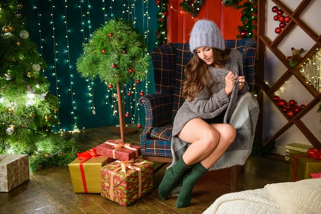 Рождественский портрет красивой девушки. теплый уют в доме.