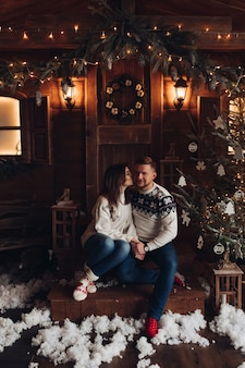 젊은 커플의 크리스마스 초상화