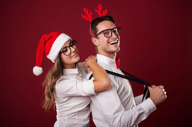 彼のガールフレンドと自信を持ってオタク男のクリスマスポートレイト