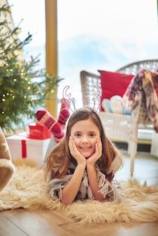 小さな女の子のクリスマスポートレイト