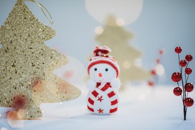 面白い雪だるまとクリスマスツリーのクリスマスポストカード