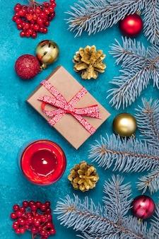 ギフトボックスと休日の装飾が施されたクリスマスポストカード。