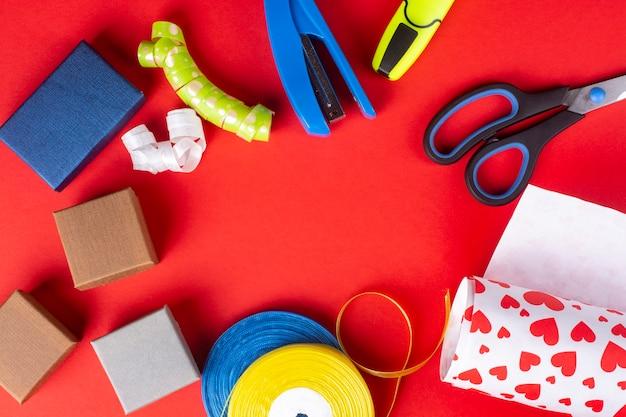 빨간색 배경에 포장 크리스마스 준비 선물 상자