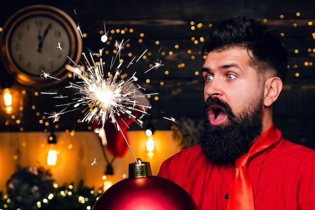 クリスマスの準備。幸せなサンタクロース。スパークルブラスト。クリスマスセール。面白いサンタはメリーを願っています