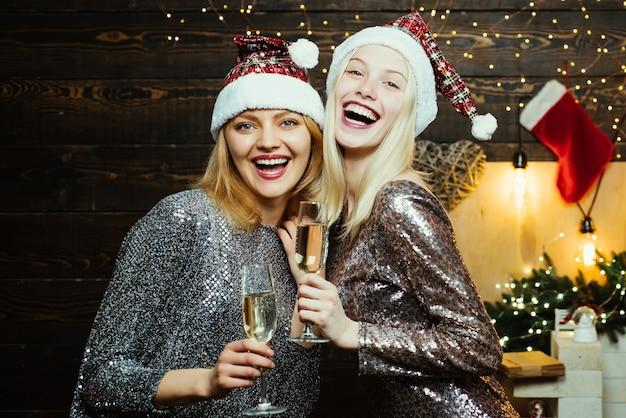크리스마스 준비. 새해를 축하하는 럭셔리 두 여자. 크리스마스 여자 친구 드레스