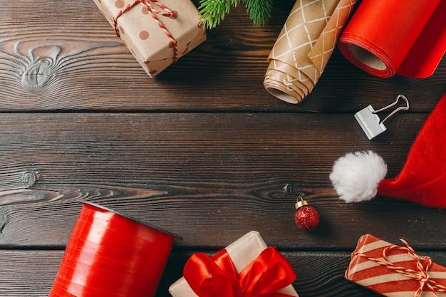 Рождественские приготовления, упаковка подарка бумагой и лентой