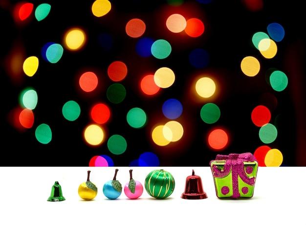 カラフルなぼかしボケ背景のクリスマスプレゼントと装飾