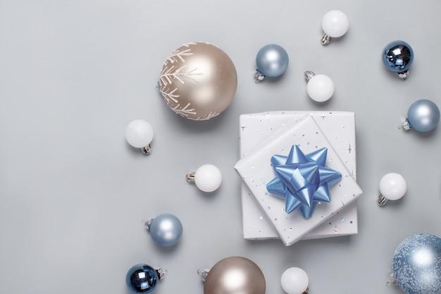 Рождественский подарок и украшения вид сверху на серый