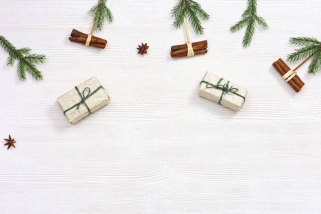 크래프트 종이로 싸인 크리스마스 선물 상자 장식 천연 녹색 소나무 가지와 계피 스틱