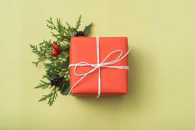 クリスマスプレゼント。おめでとうございます。お祝いのジュニパーの装飾。ギフト用の箱。