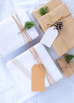 Рождественский подарок коллекции подарочные коробки с тегом для макета шаблон дизайна. вид сверху. творческая плоская компоновка и композиция верхнего вида с дизайном рамки и копии.