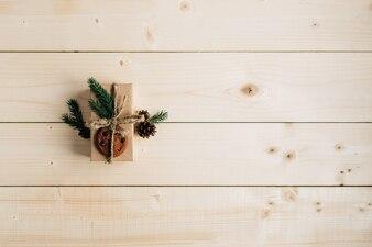 素朴な木製のテーブルにクリスマスプレゼント。