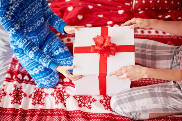 Рождественский подарок на кровати