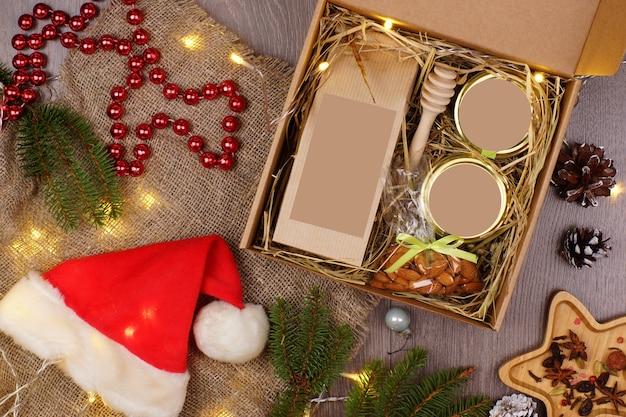 レイアウトの灰色の背景に休日の属性に囲まれたクリスマスプレゼント