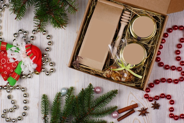 レイアウトの白い背景の上の休日の属性に囲まれたクリスマスプレゼント。