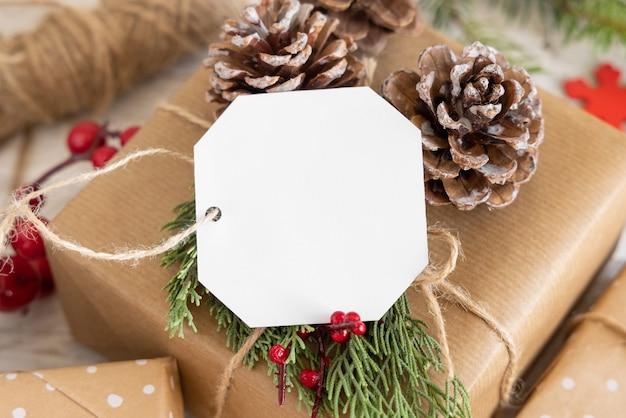 Рождественский подарок с пустой подарочной биркой крупным планом, макет