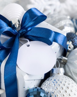 Рождественский подарок с крупным планом пустой подарочный тег, макет