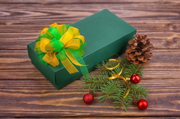 나무 공간에 장식 된 크리스마스 선물