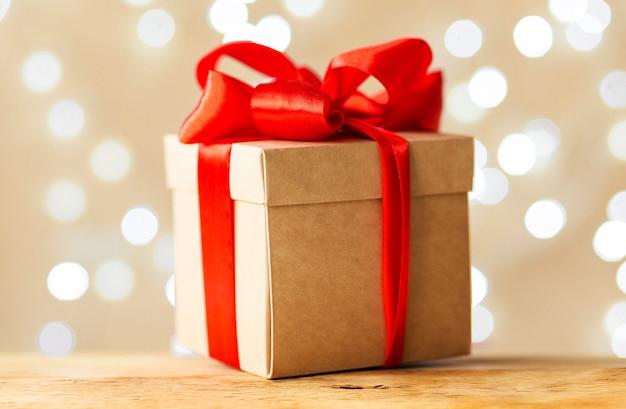Рождественский подарок с декоративной красной лентой. горизонтальное фото