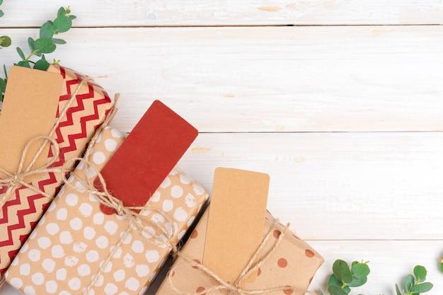 Рождественский подарок с поздравительной открыткой крупным планом