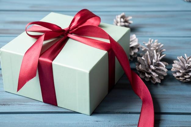 赤いリボンと松ぼっくりのクリスマスプレゼント