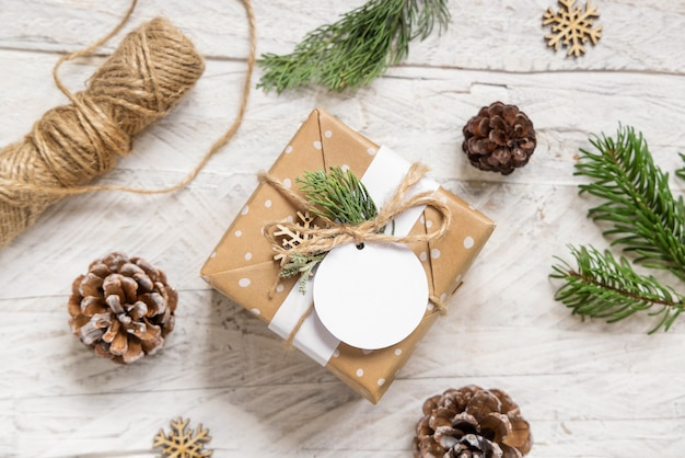 Рождественский подарок с круглой пустой подарочной биркой, вид сверху, макет