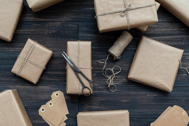 さびたはさみとラベルでクラフト紙に包まれたクリスマスプレゼント