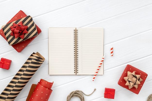 Рождественский подарок упаковка над белым деревянным столом. вид сверху, плоская планировка, копия пространства