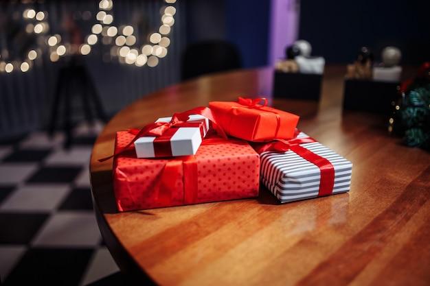 Рождественские подарки. куча подарочных коробок на столе в кафе.