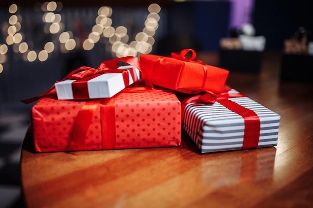 クリスマスプレゼント。カフェのテーブルにギフトボックスの山。