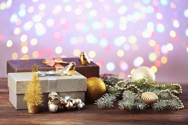 クリスマスプレゼントと木製テーブルの装飾