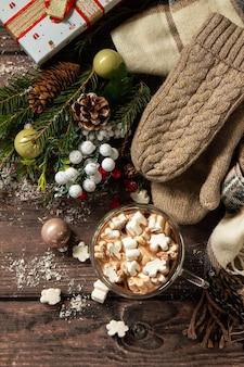 Рождественские подарки и горячее какао с зефиром на деревянном столе. вид сверху