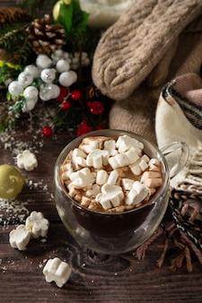 Рождественские подарки и горячее какао с зефиром на деревянном столе