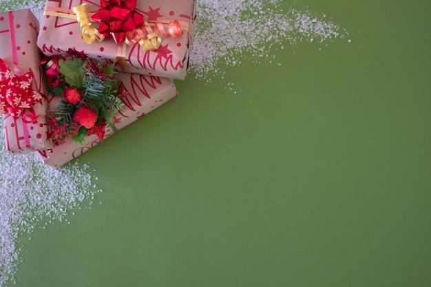 크리스마스 선물 및 녹색 배경에 장식품입니다. 복사 공간