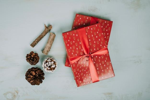 クリスマスプレゼントとパインコーン