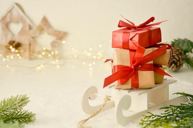 Рождественские подарки, подарочные коробки с красными бантами на санях