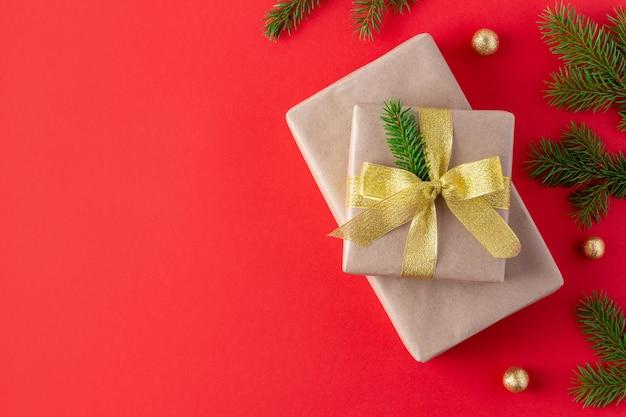 싸구려와 에코 포장 및 가문비 나무 가지에 크리스마스 선물