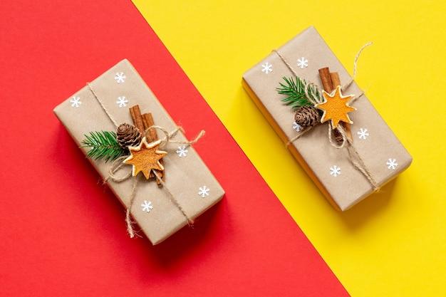 빨간색과 노란색 배경에 수제 장식으로 에코 포장에 크리스마스 선물
