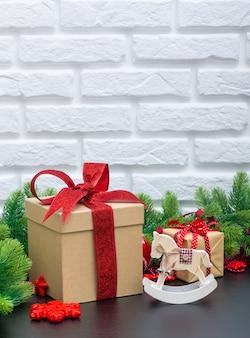 Рождественские подарки в красных коробках на черном деревянном столе