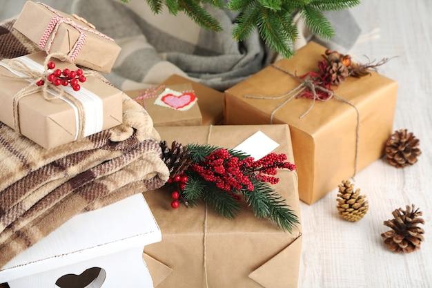木の表面のクリスマスツリーの近くにクリスマスプレゼント
