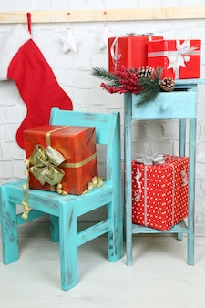 青い椅子とレンガの壁の本棚にクリスマスプレゼント