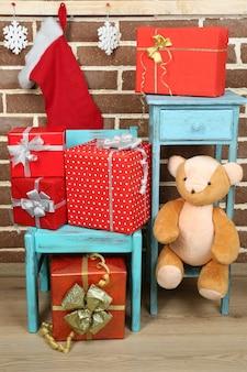 茶色のレンガの壁の椅子と本棚にクリスマスプレゼント