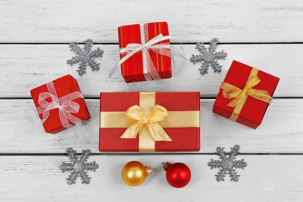Рождественские подарки на деревянном столе