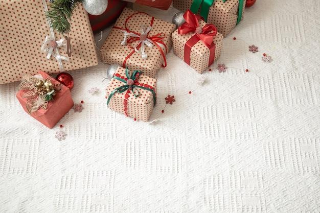 クリスマスツリーの下にクリスマスプレゼント