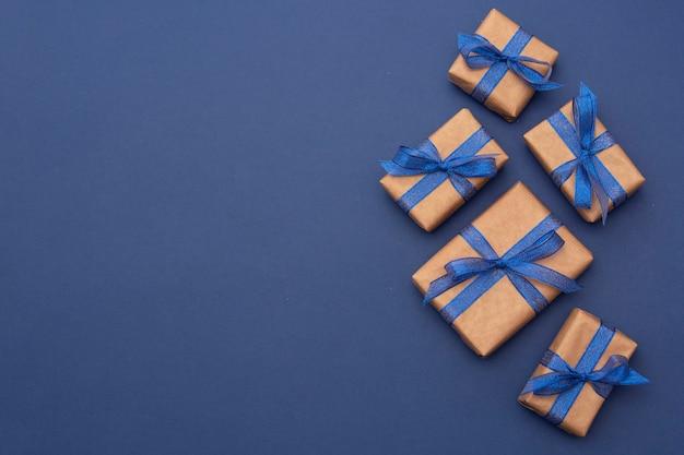 Рождественские подарки с голубой лентой