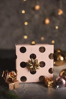 빈티지 스타일의 어두운 나무 배경에 빨간 리본으로 크리스마스 선물