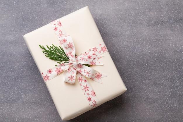 Рождественские подарки с лентой на сером фоне.