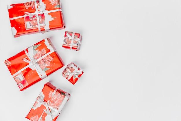 Regali di natale avvolti in carta da imballaggio rossa