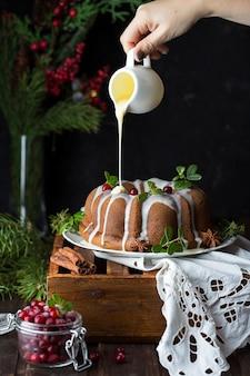 白いプレートにクランベリーとクリスマスのカボチャのケーキ